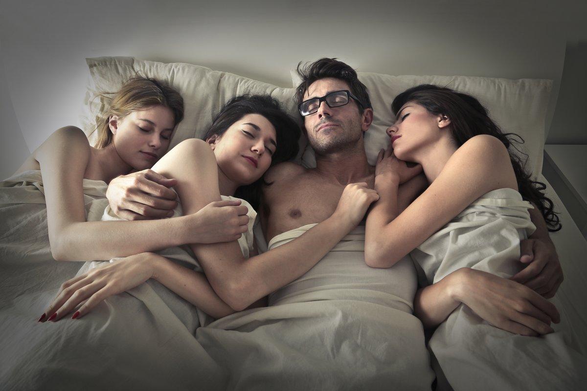krasiviy-seks-chetverih-parney-i-devushki-bdsm-muzhskoe-sado-mazo-dominirovanie