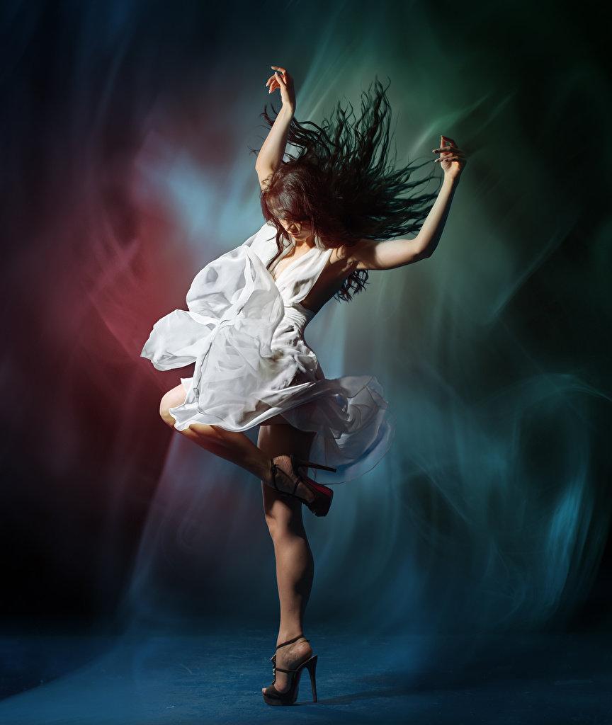 Картинки девушка в танце
