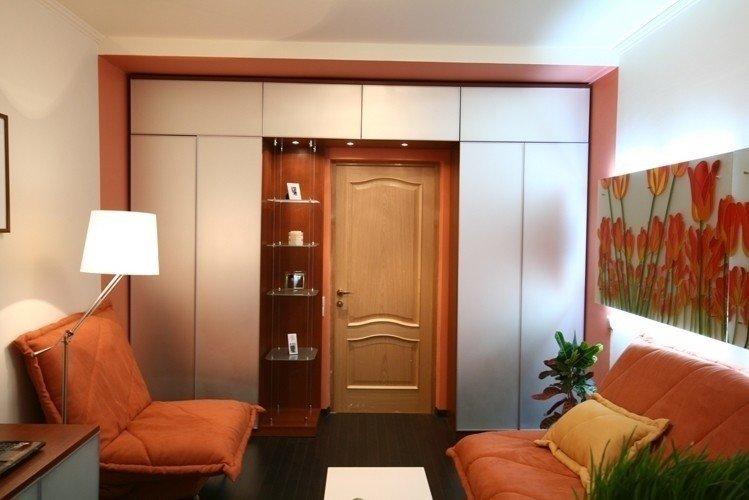 фото длинного зала с дверью посередине заходят