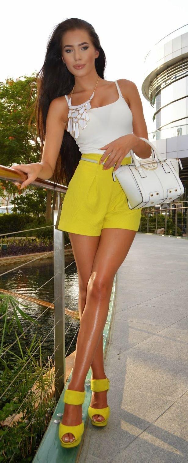 Фото красивой девушки в желтой майке