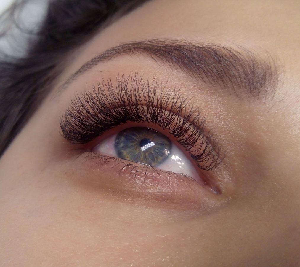 Наращивание ресниц – это современная процедура добавления волосков с целью создания выразительного взгляда, изменения формы глаз.