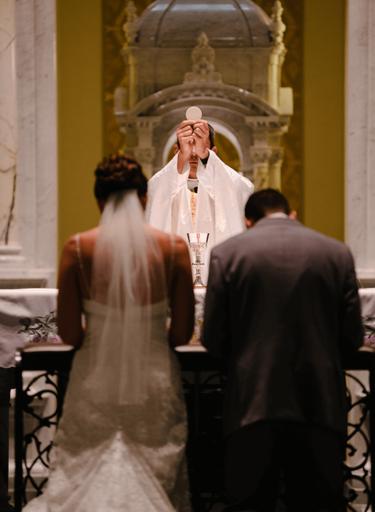 священник у алтаря свадьба