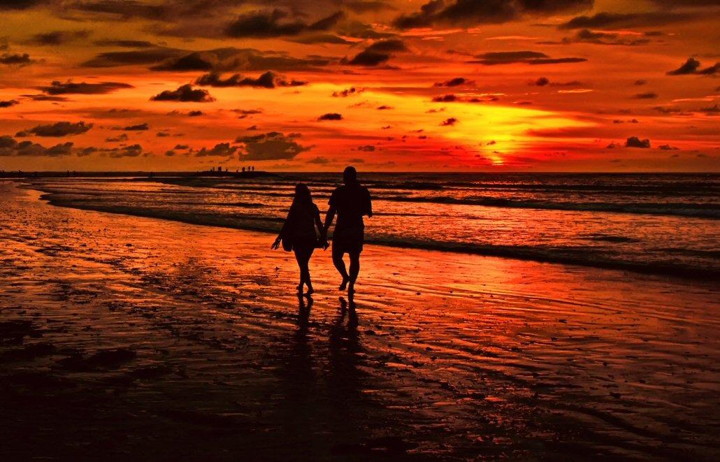 Картинки море закат пляж двое