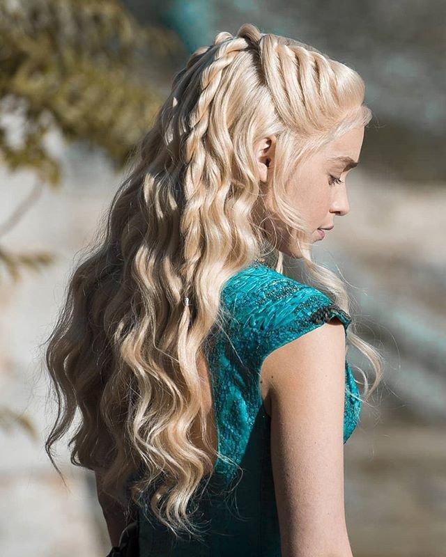 Все четыре жгута нужно соединить в один хвост и заплести из него косу.