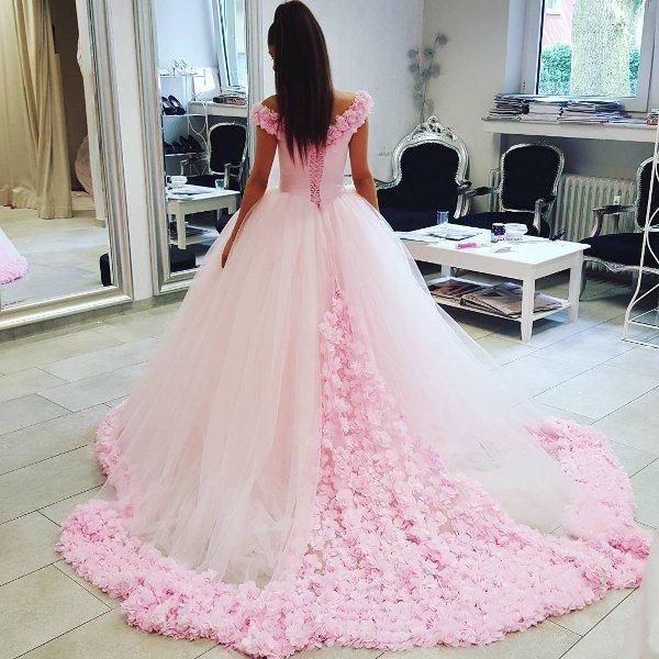 работе был фото сзади платья чайной розы с шлейфом имитирующие