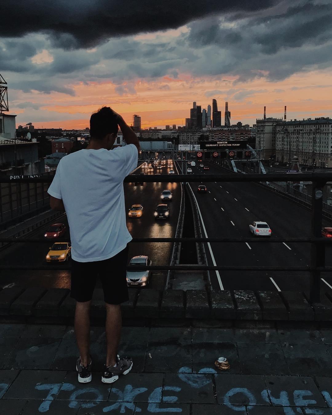 Пацан ночью на крыше
