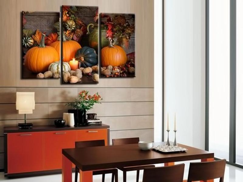 Постеры над столом на кухне