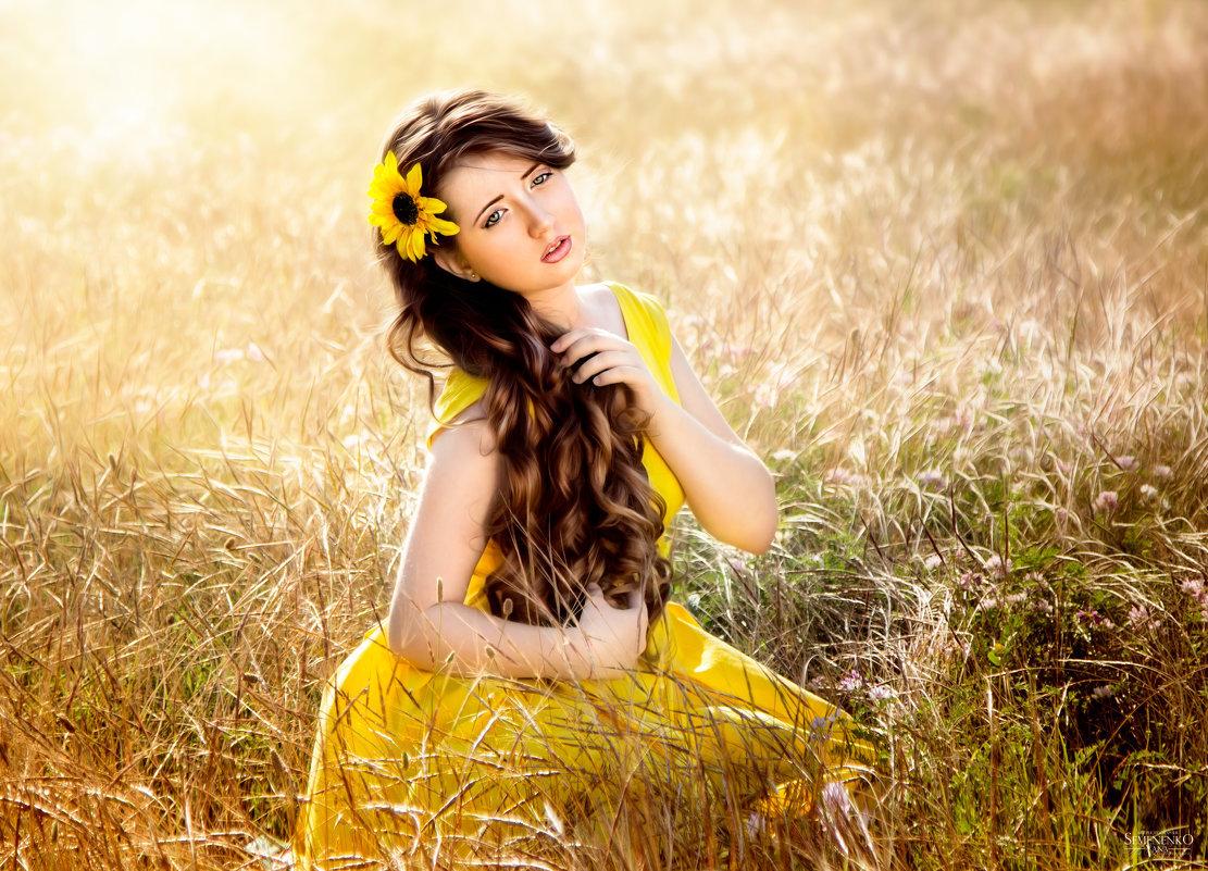 Как зовут черноволосую девушку с желтым платьем, трахается с молодыми девушками