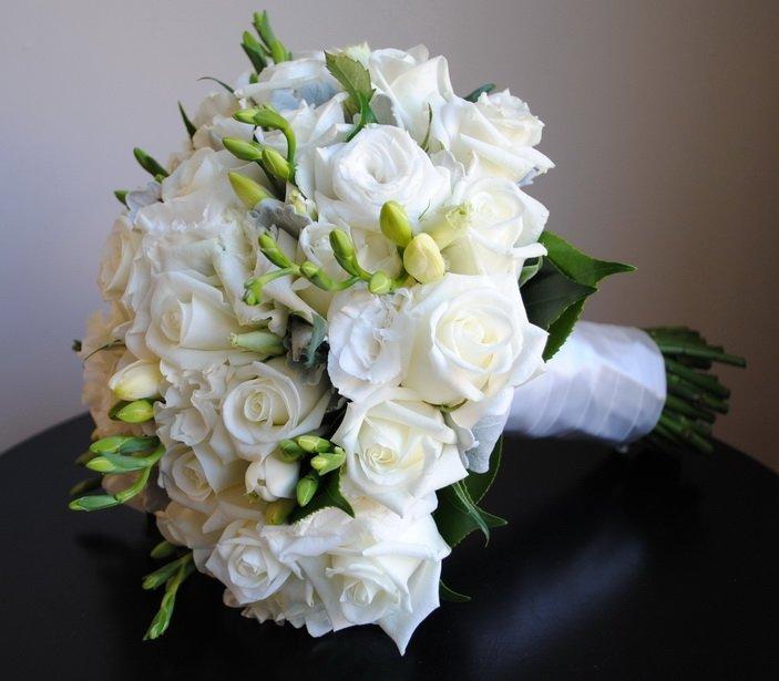 Белый свадебные букеты из роз и фрезий, лист