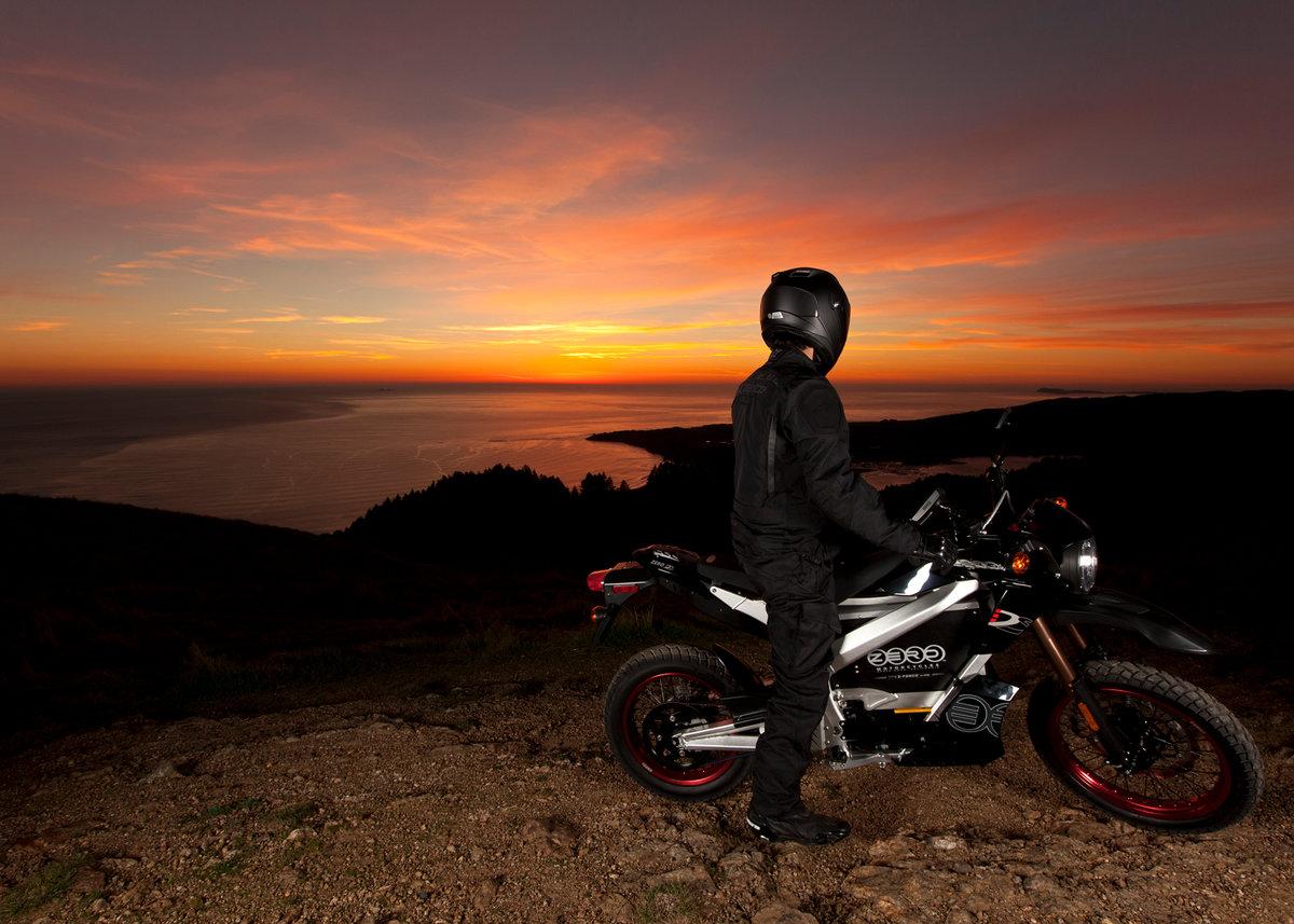 парень на мотоцикле фото с высоким разрешением практичная ткань