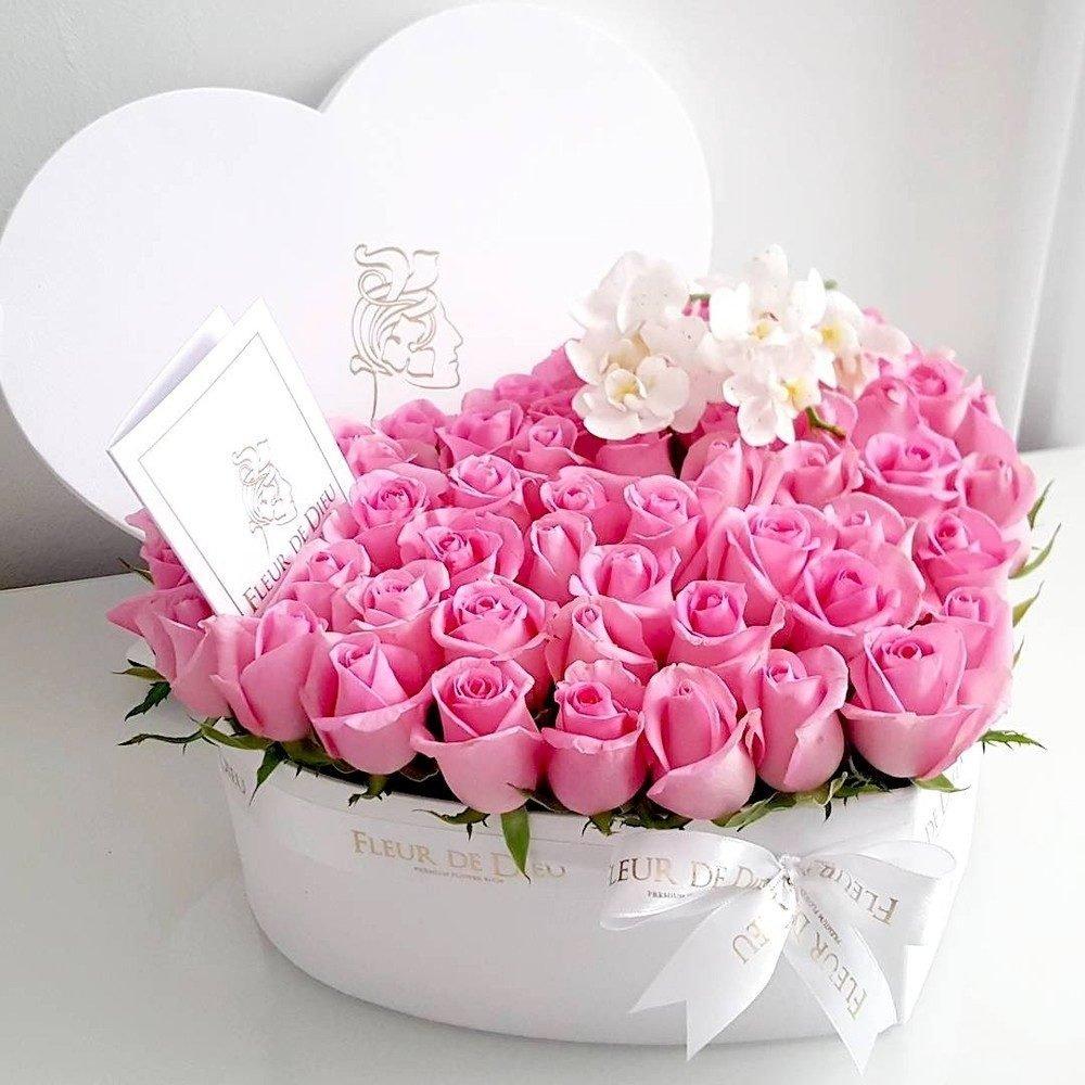 Розы в коробке открытка