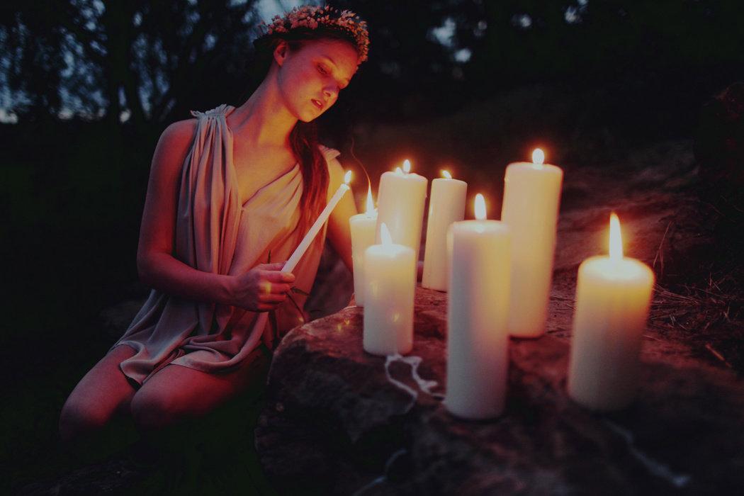 Картинки девушка с горящей свечой