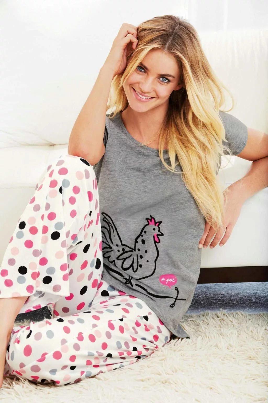 фотография девушки в пижаме увидел