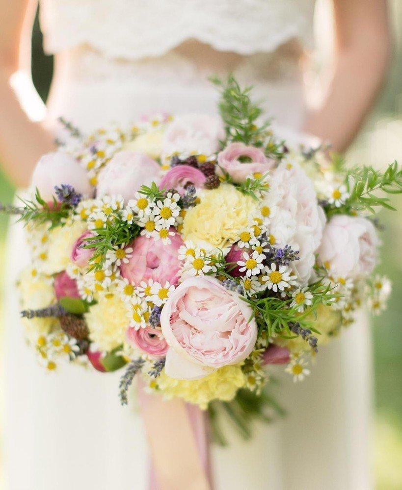 Недорогие свадебный букет из ромашек и пионов, цветы