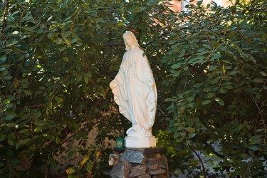 скульптура девы марии с цветами