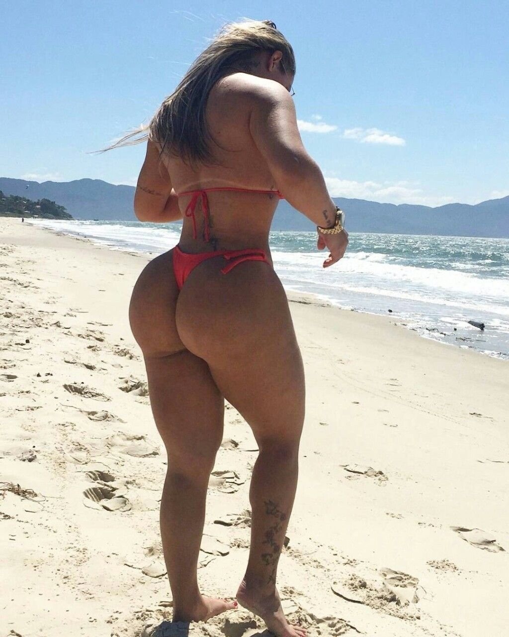 молодых тачек толстушки в купальниках с большими жопами на пляже фото сижу тут подглядываю