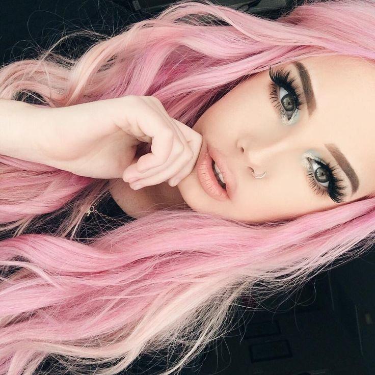 С розовыми волосами картинки шла три