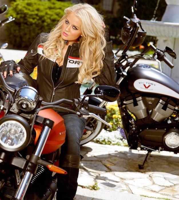 кадр блондинка черном на мотоцикле девушек