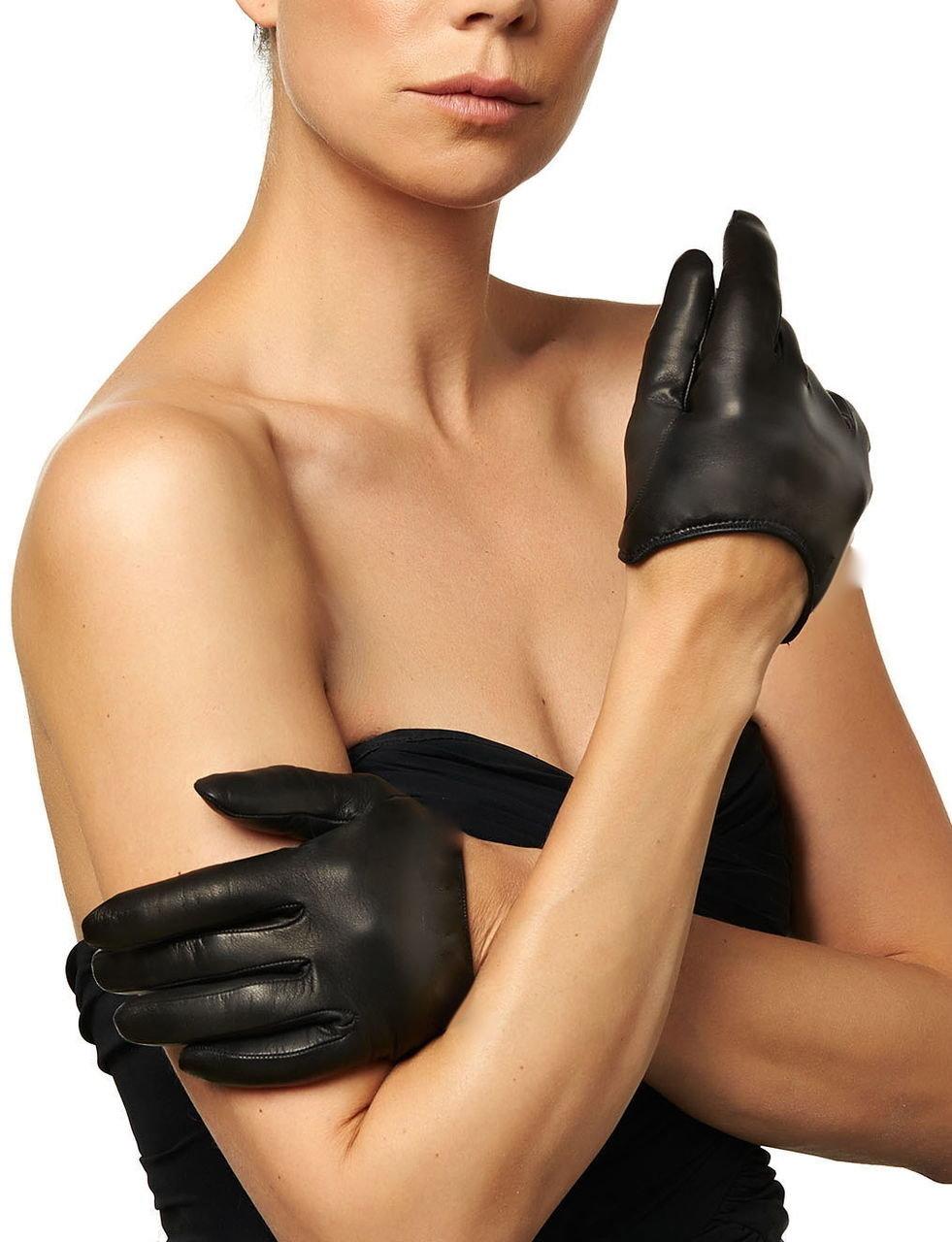 соло девушка в черных перчатках