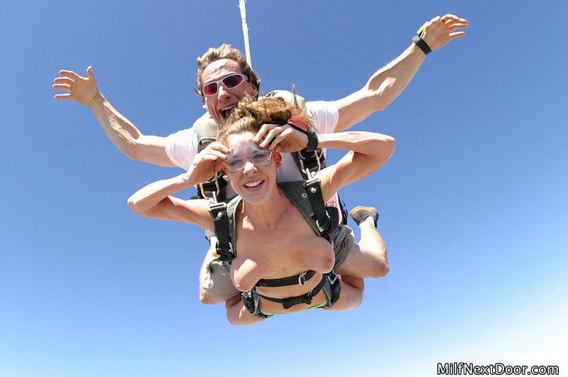 Nude skydiver