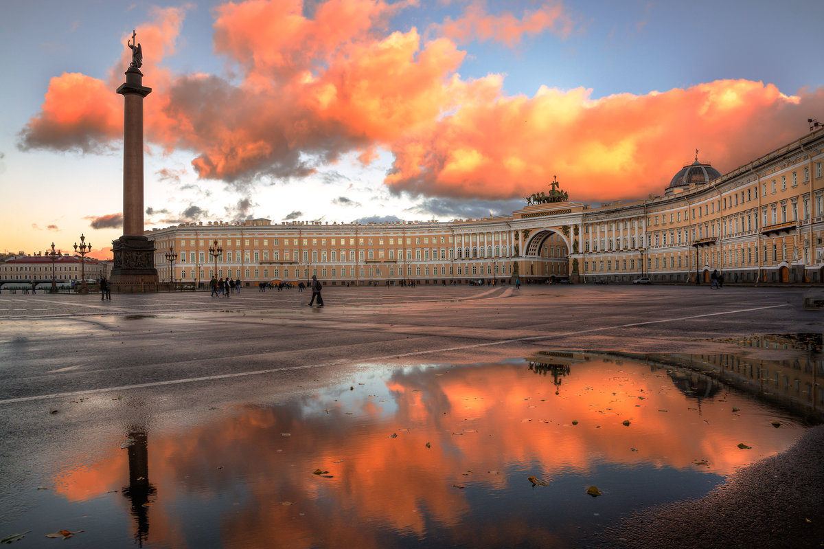 нём три картинки с видом на дворцовой решила