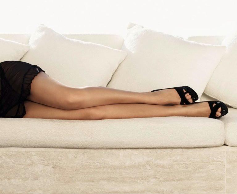 Стройные ножки на диване