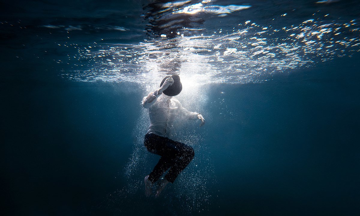 красивые картинки мужчины в воде ярких