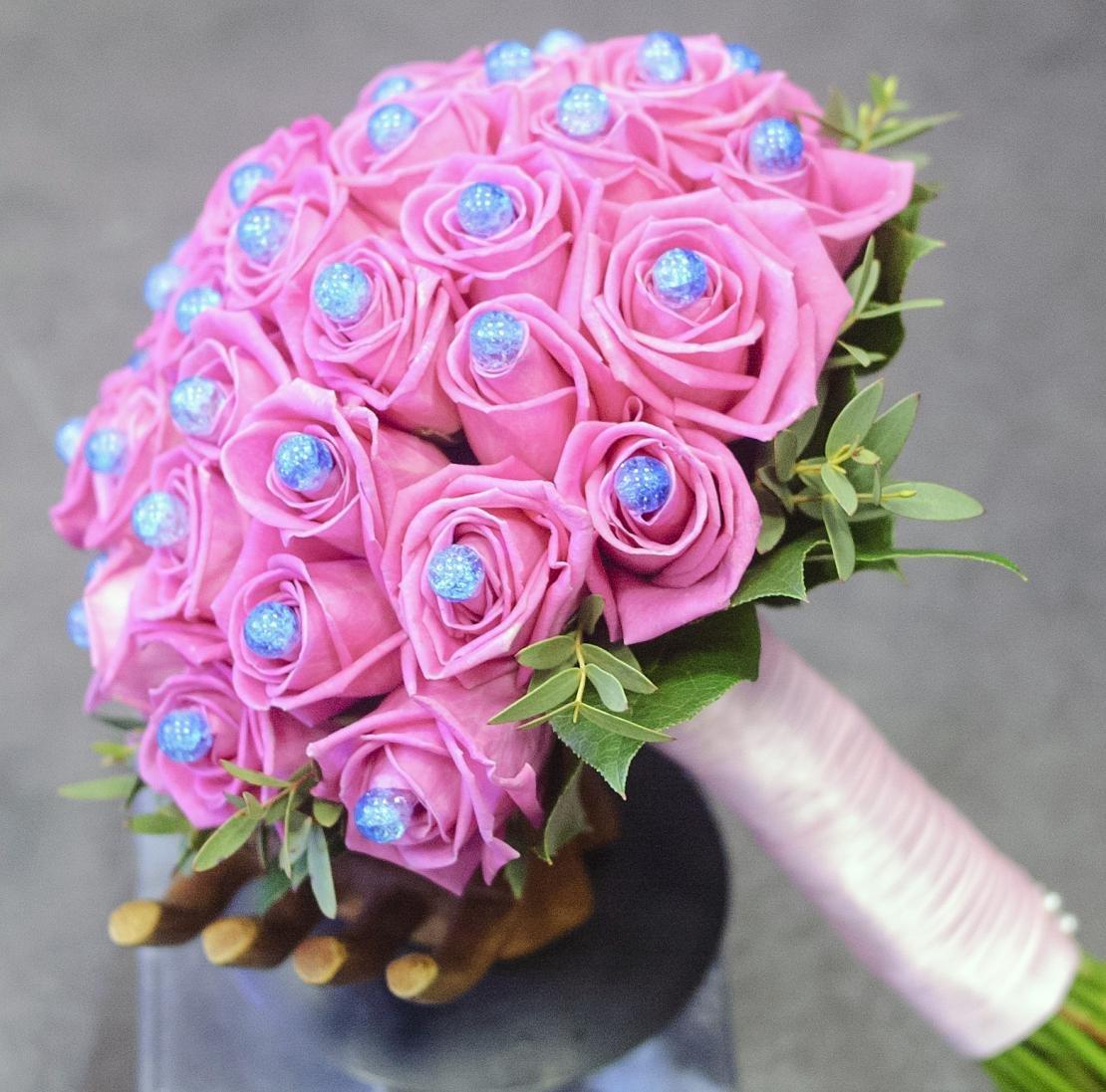 Оптом москва, букет невесты из роз с бусинками