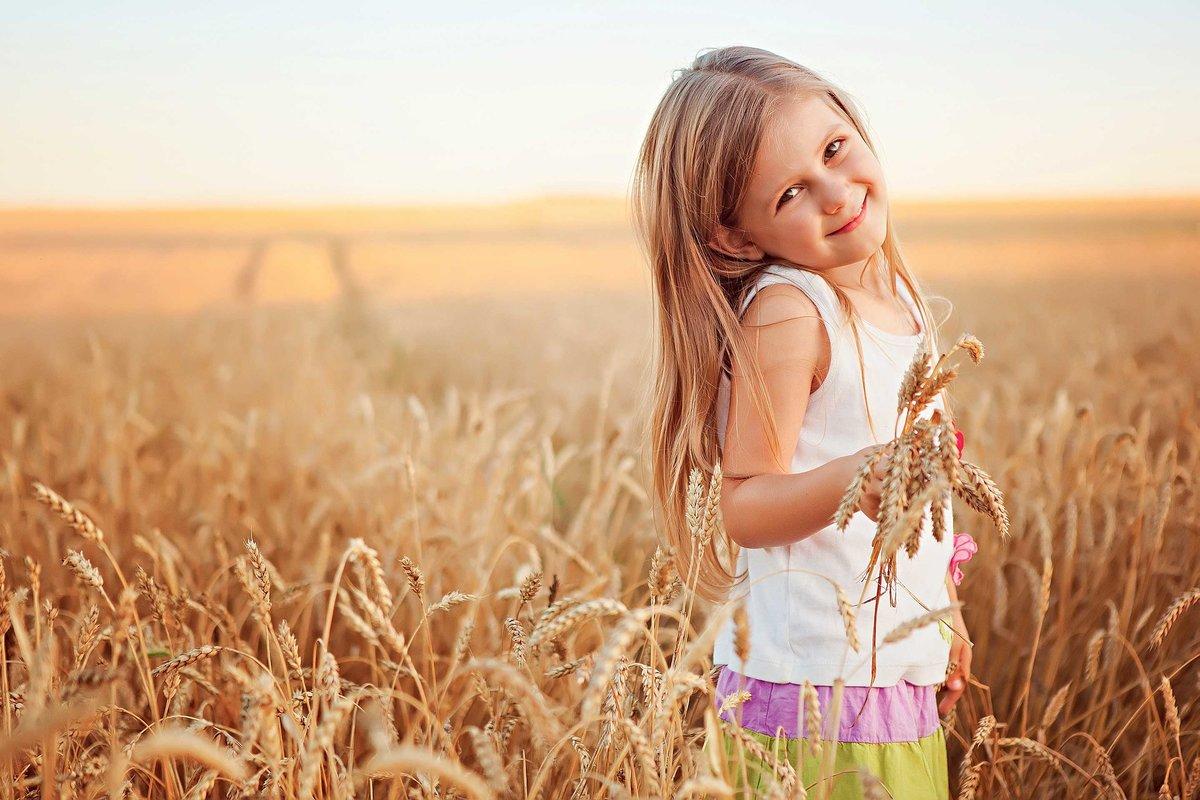 Ребенок в поле фото