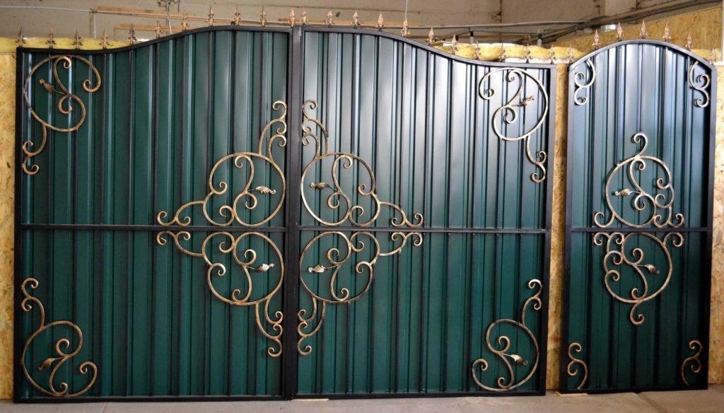 простые кованые ворота профнастил