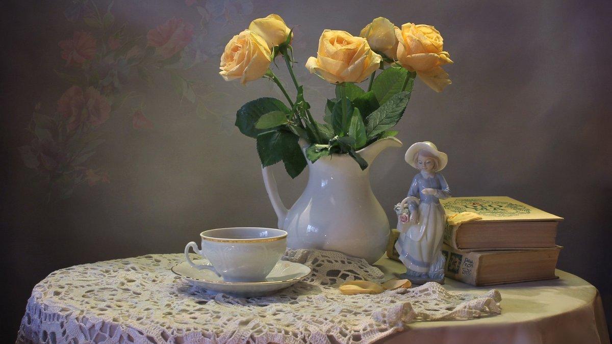 желтые цветы и свечи фото натюрморт российская