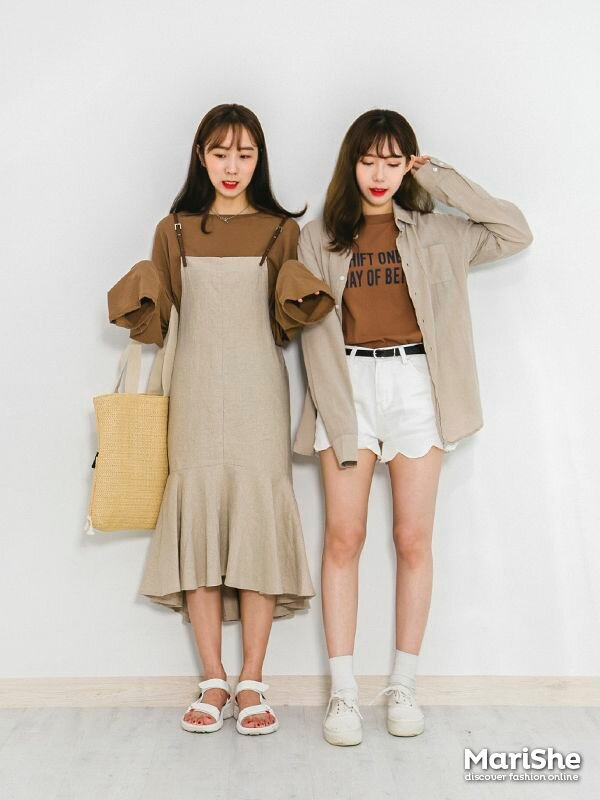 92eead9eae7 Popular fashion trend in Korea  Twin Look Dressing similarly with best  friends in style .