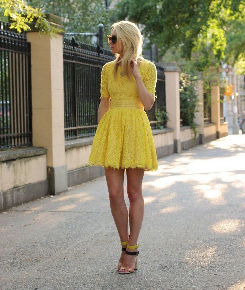 желтое платье как у блондинки плева