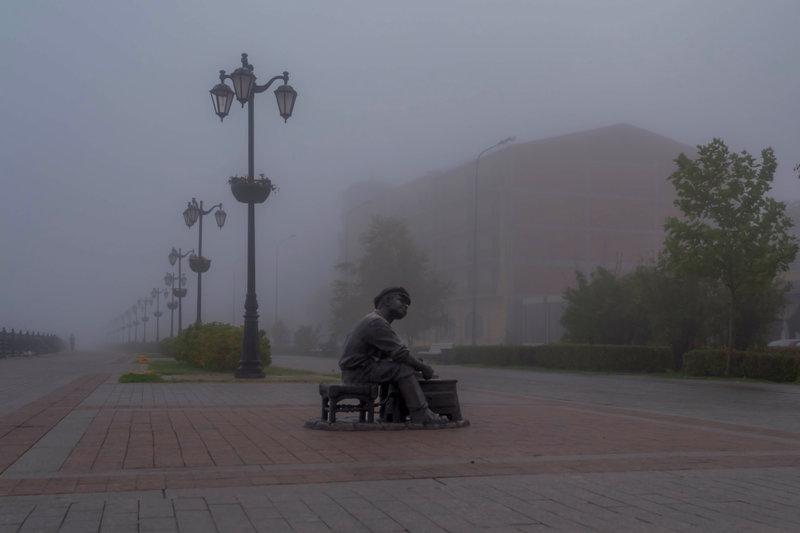 Набережная, окутанная туманом