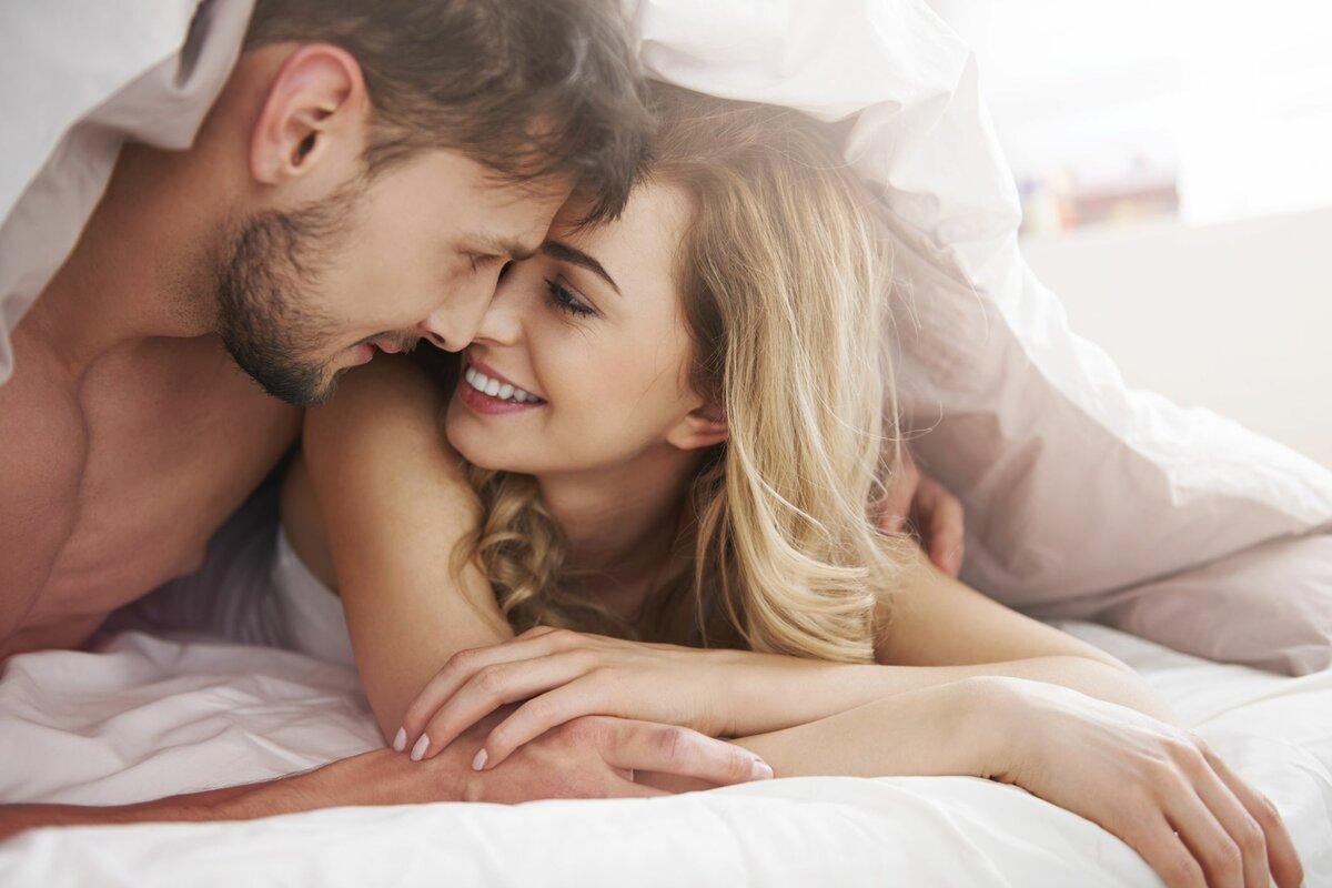 Жену целуют вдвоем