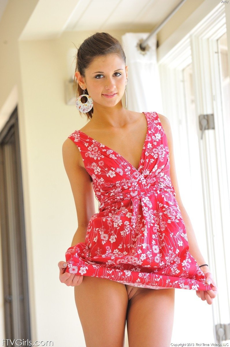 У девушки под платьем нет трусиков фото #13