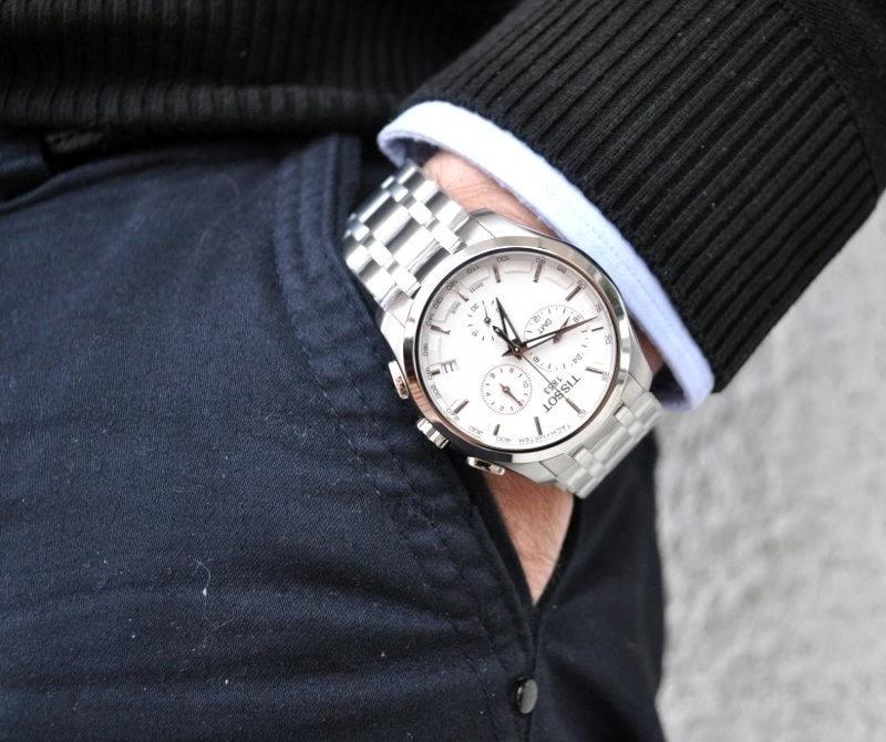 Довольно долго люди, привыкшие носить их на цепочке в кармане сюртука, противились надевать их на руку.