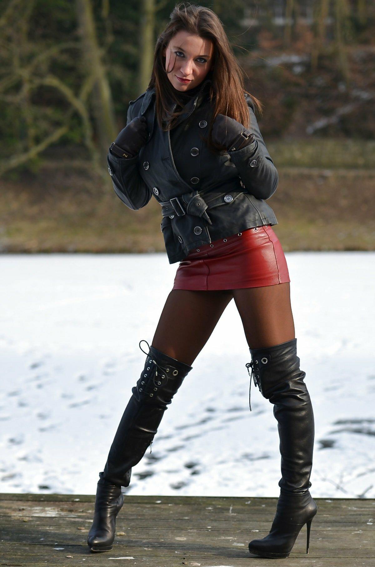 buxom-woman-wearing-boots-jane-kaczmarek-nude-gif