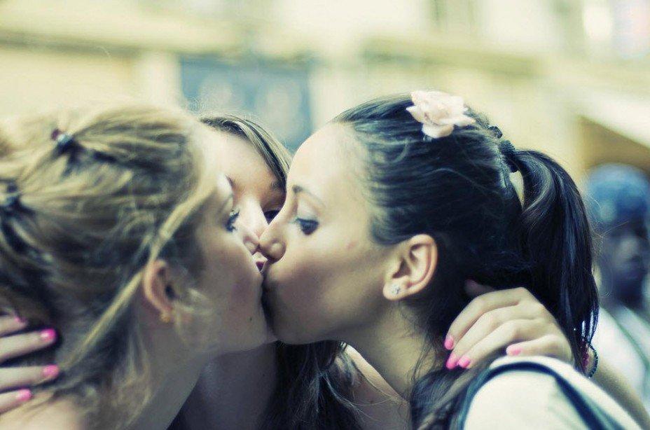 girls-kiss-first-black-labrador-puppy-pics