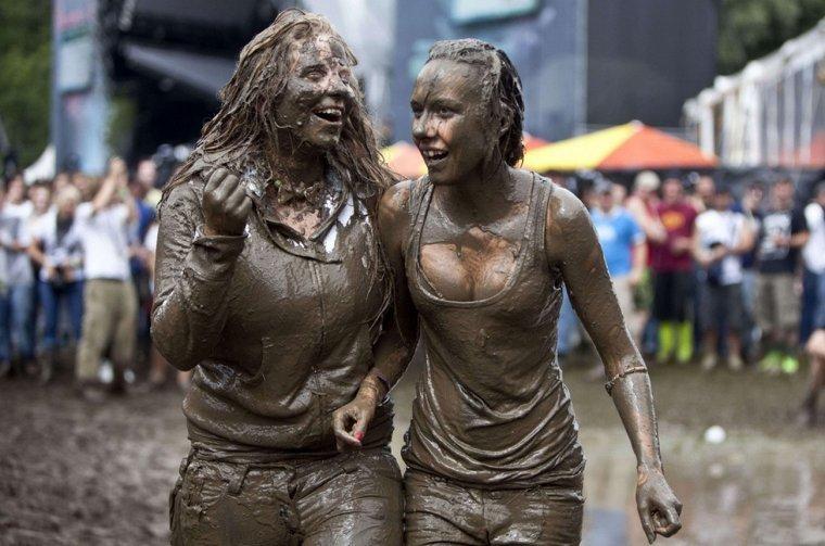 В грязи девушки