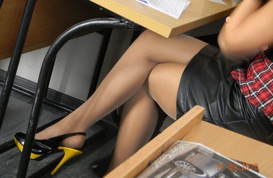 Женщины в колготки под столом фото аллу