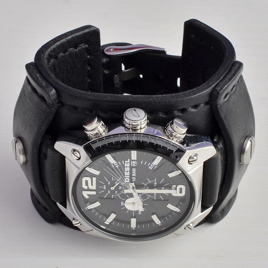 Стильные мужские часы подойдут на любой случай, они имеют универсальный дизайн и будут хорошо смотреться как с деловым костюмом, так и со спортивным.