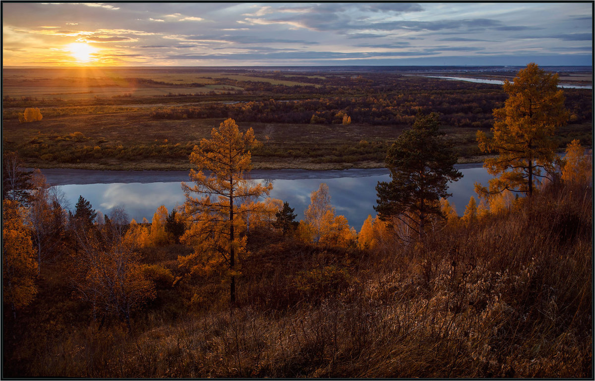 Осенний закат над рекой
