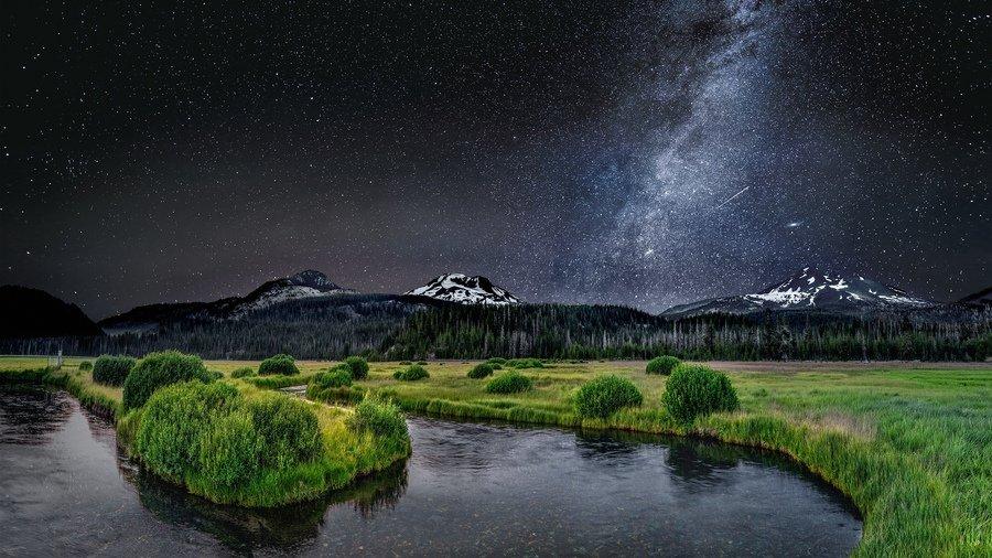 извилистая река ночью