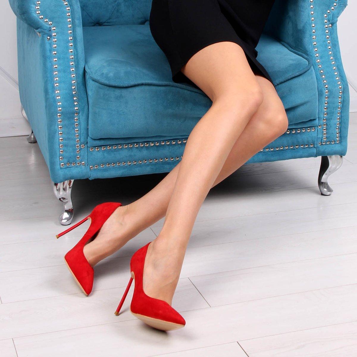 Картинка с ногами в туфлях