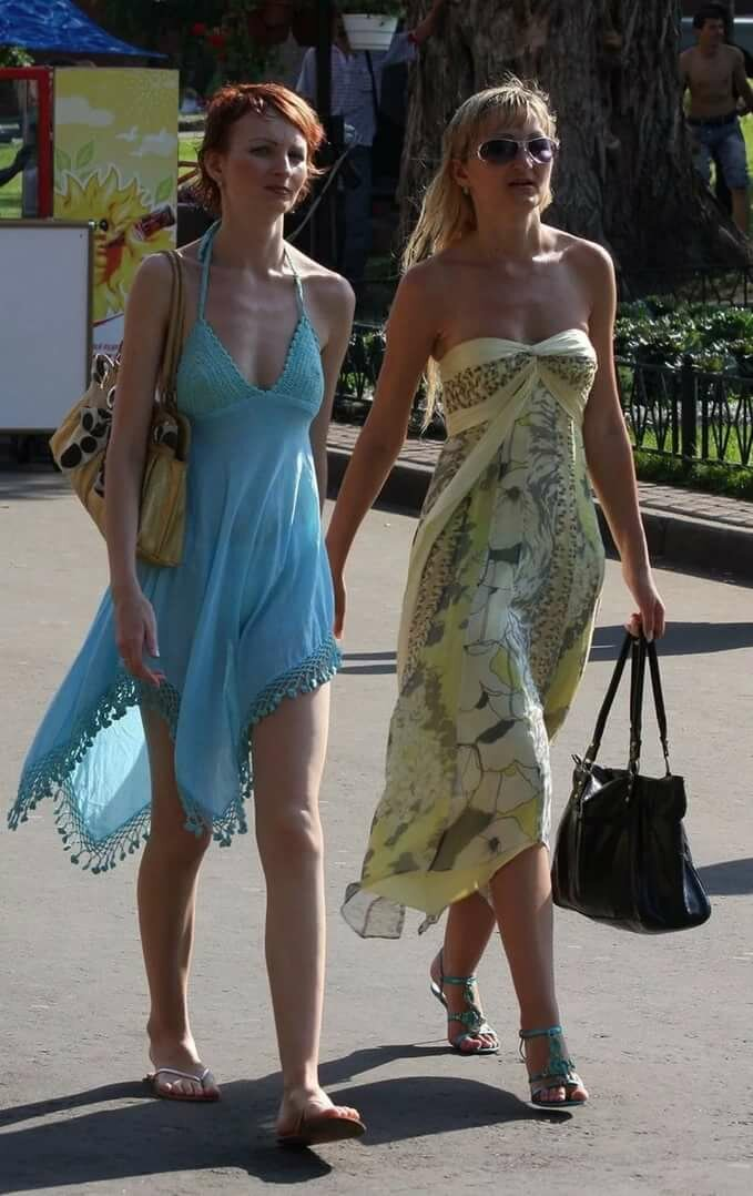 Девушки на улицах в прозрачных платьях