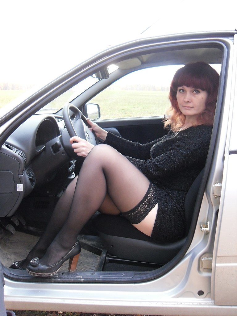 Фото зрелых женщин в чулках на фоне авто — 1