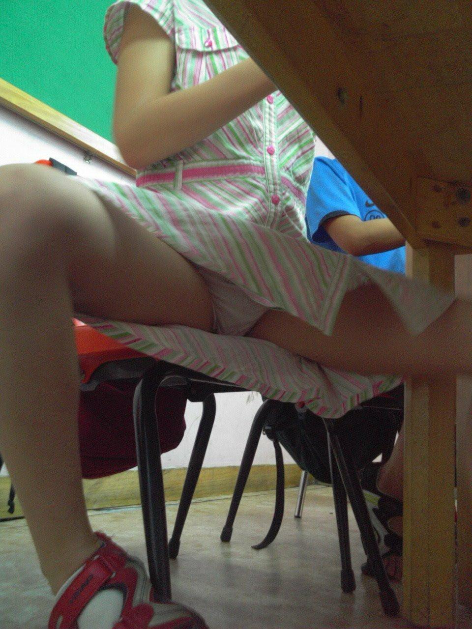 писек подсмотреть под столом под юбкой целует головку