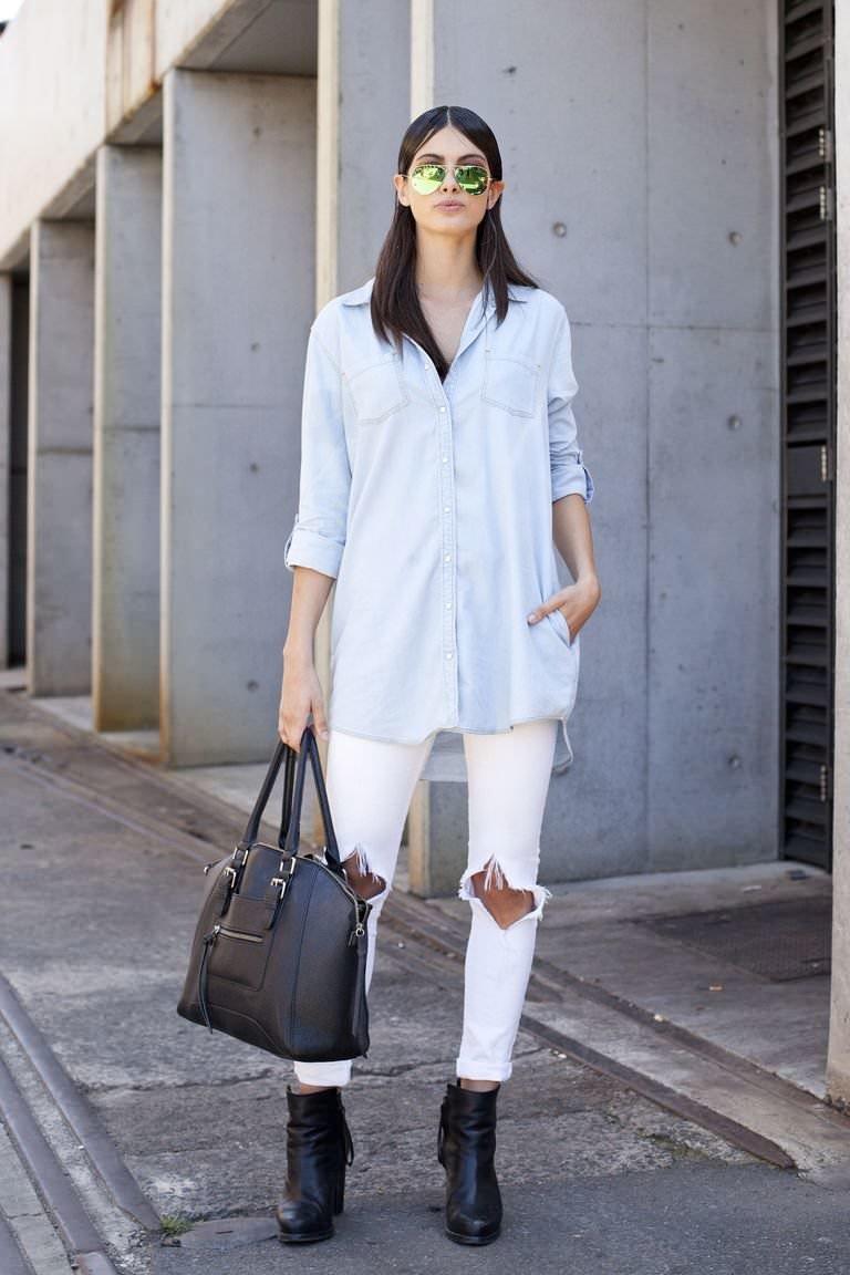 фото джинсовый костюм и белые сапоги составили список