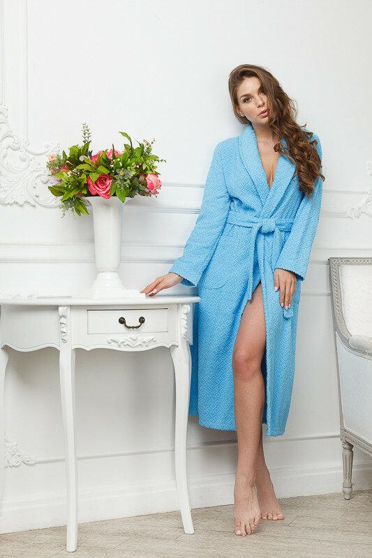 грудь выглядывает полы халата фото позы